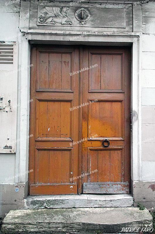 Ancienne porte en bois immeuble Paris. Photo Patrice Faro