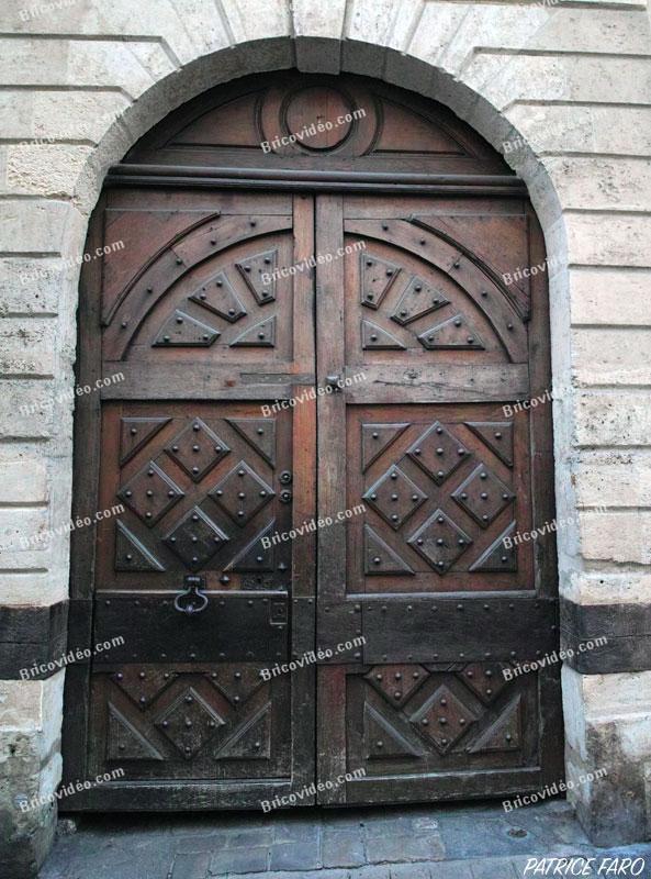 magnifique porte en bois sculptée. Photo Patrice Faro