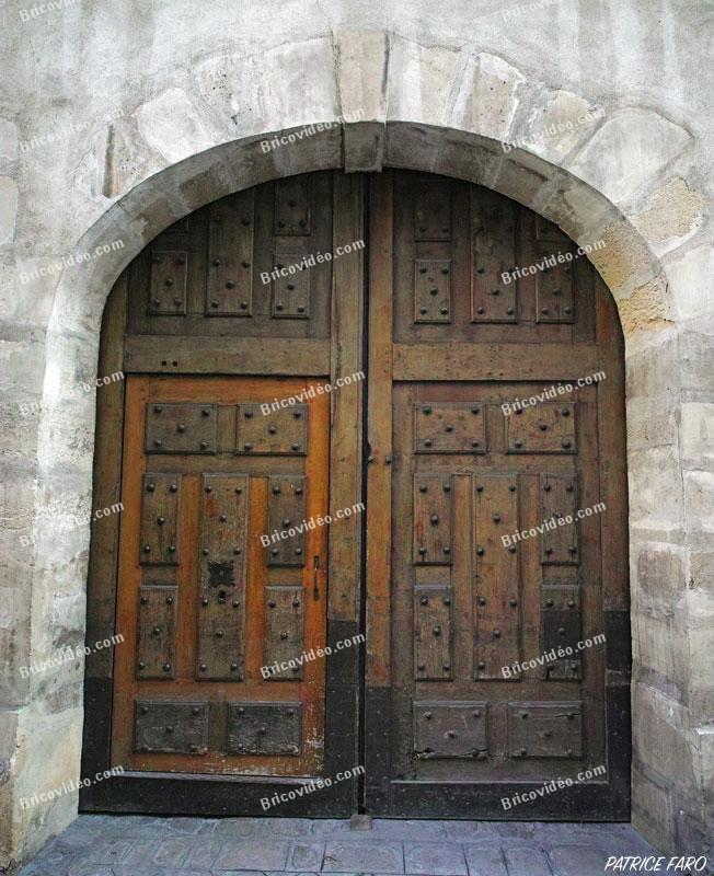 magnifique portail en bois sculpté. Photo Patrice Faro