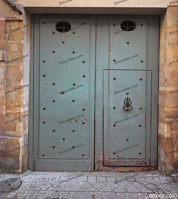 porte avec Heurtoir ou marteau de porte. Photo Patrice Faro