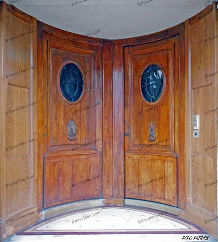 ancienne porte en bois en demi cercle. Photo Patrice Faro