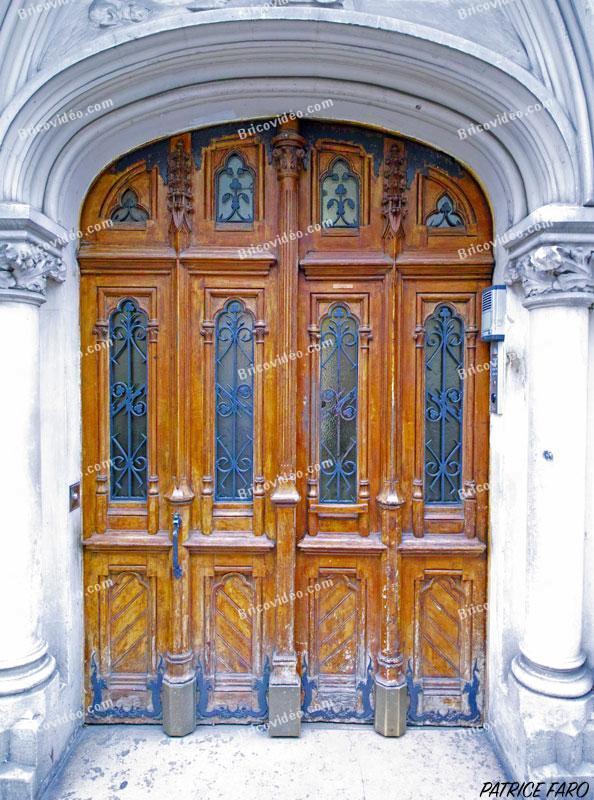magnifique porte en bois sculptée Paris. Photo Patrice Faro