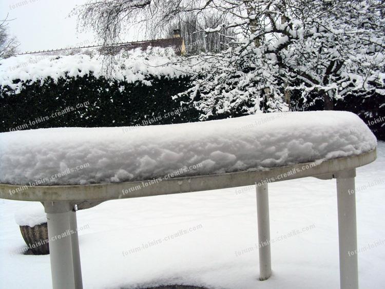 table de jardin sous neige
